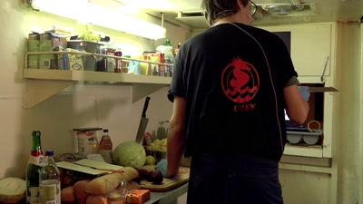 Crackhouse Kochradio zu Tisch mit den Sea Punks